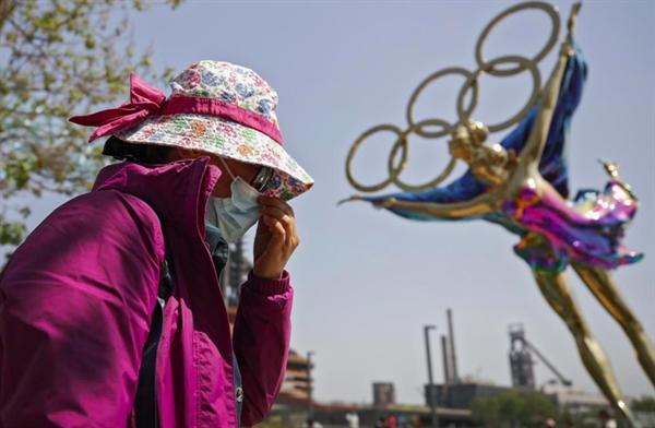 Bức tượng trượt băng nghệ thuật Thế vận hội Mùa đông Bắc Kinh được trưng bày tại Công viên Shougang ở Bắc Kinh ngày 2/5. Ảnh: AP.