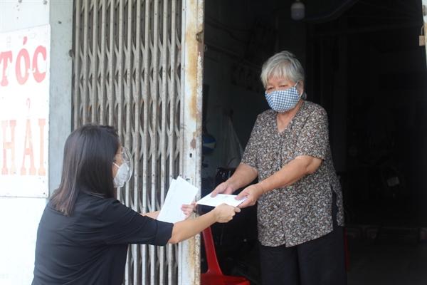 Một cụ già neo đơn tại huyện Bình Chánh nhận hỗ trợ từ chương trình vào tháng 9/2021.