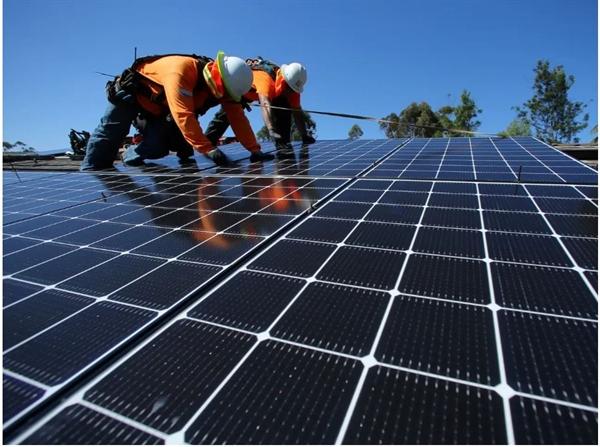 Những người lắp đặt quang điện mặt trời dự kiến sẽ tăng 50,5% việc làm vào năm 2029. Ảnh: Reuters.