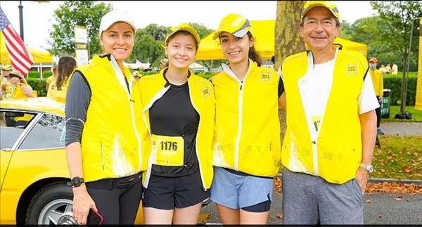 Bà Jenny và ông John Paulson có hai cô con gái tuổi teen Giselle và Danielle. Ảnh: Daily Mail.