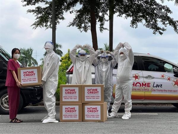 Trao quà cho đội ngũ y bác sỹ tuyến đầu chống dịch tại bệnh viện dã chiến An Phú TpHCM Nguồn: Home Credit Việt Nam