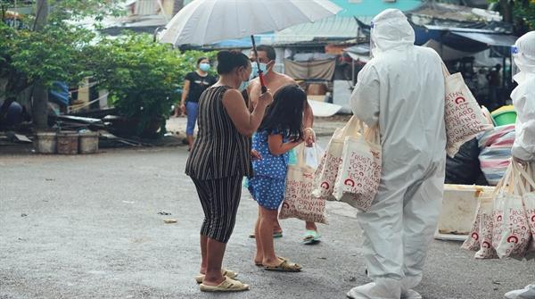 Hoạt động trao quà đến những trẻ em, hộ gia đình trong khu phong tỏa  Nguồn: Home Credit Việt Nam