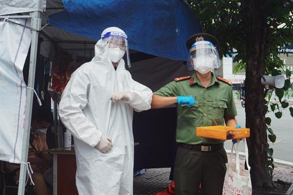 Tiếp sức cho các chú bộ đội, công an đang thực hiện nhiệm vụ tại các chốt. Nguồn: Home Credit Việt Nam