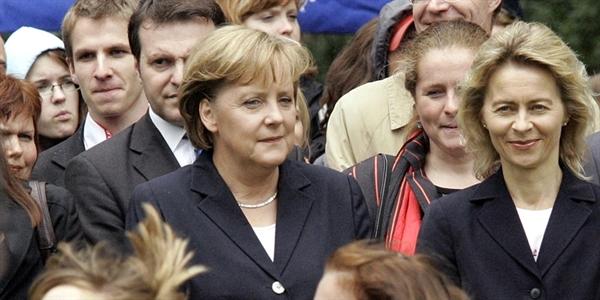"""Thủ tướng Angela Merkel (giữa) được Forbes vinh danh """"Người phụ nữ quyền lực nhất thế giới"""" trong nhiều năm. Ảnh: AP."""