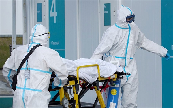Nhân viên y tế bên ngoài bệnh viện dành cho bệnh nhân bị nhiễm COVID-19 ở Ukraine. Ảnh: Reuters.