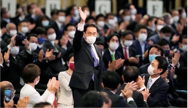 Ông Fumio Kishida vẫy tay chào những người ủng hộ sau khi giành chiến thắng trong cuộc bầu cử lãnh đạo Đảng Dân chủ Tự do ở Tokyo hôm 29/9. Ảnh: AP.