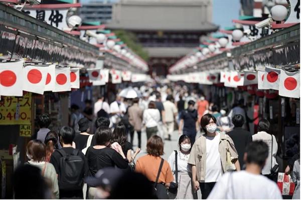 Những du khách đeo khẩu trang để giúp hạn chế sự lây lan của COVID-19 đi dạo tại Đền Sensoji ở quận Asakusa của Tokyo vào ngày 20/9. Nhiều người Nhật không hài lòng với phản ứng đại dịch của chính quyền Suga. Ảnh: AP.