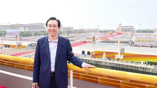 Chủ tịch Evergrande chụp tại Quảng trường Thiên An Môn vào hồi tháng 7. Ảnh: China Evergrande Group.