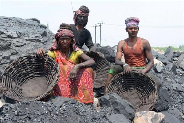 Các nhà máy nhiệt điện chạy bằng than tạo ra 66% điện năng của Ấn Độ. Ảnh: AFP.
