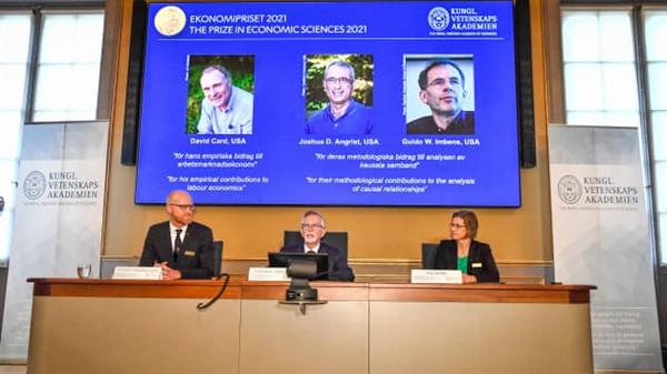 Thư ký thường trực của Viện Hàn lâm Khoa học Hoàng gia Thụy Điển Goran K. Hansson (giữa) và các thành viên ủy ban Giải thưởng Nobel Kinh tế Peter Fredriksson và Eva Mork đã tham dự họp báo để công bố những người chiến thắng Giải thưởng Nobel Kinh tế năm 2021. Ảnh: AFP.