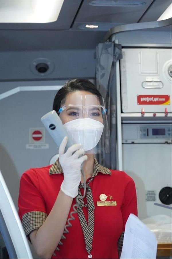 Tiếp viên Vietjet hướng dẫn cho hành khách các quy định an toàn khi bay (Ảnh: Nguyễn Quang)