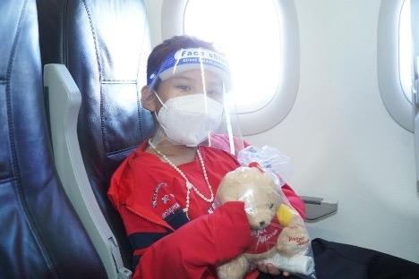 Những món quà lưu niệm, quà bốc thăm may mắn được trao cho khách hàng trên chuyến bay (Ảnh: Nguyễn Quang)