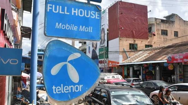 Một bảng hiệu Telenor bên ngoài một nhà bán lẻ điện thoại di động ở bang Shan của Myanmar vào tháng 6/2018: giờ đây công ty đang tìm người mua cho các tài sản địa phương để thoái vốn. Ảnh: Nikkei Asian Review.