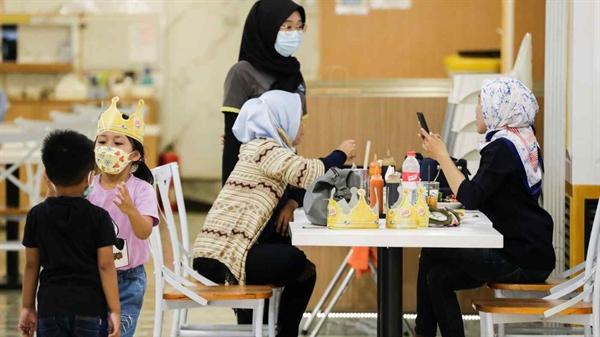 Từng là tâm chấn của đại dịch, Indonesia hiện là quốc gia có số ca nhiễm COVID-19 hàng ngày thấp nhất khu vực nhờ tốc độ tiêm chủng cao. Ảnh: Reuters.